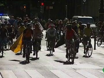 Marcha ciclista en Bilbao en contra del gasto en armamento