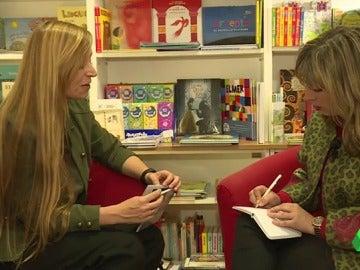 La escritora junto a una clienta de libros personalizados