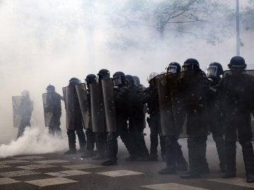Estudiantes y miembros de movimientos antifascistas se enfrentan a la Policía