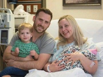 Keri y Royce con su hija recién nacida y su hijo mayor