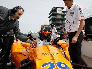 Fernando Alonso, subiéndose a su monoplaza para disputar las 500 millas de Indianápolis