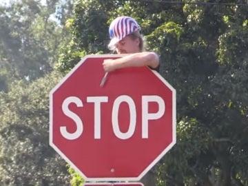 Un youtuber retira señales de tráfico