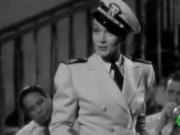 Frame 15.267708 de: Marlene Dietrich, un símbolo del rechazo al nazismo que fumó y llevó pantalones ante la cámara