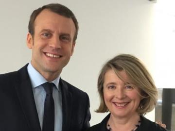 La diputada socialista Corinne Erhel junto a Emmanuel Macron