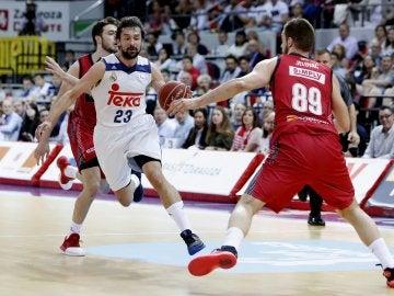 Sergio Llull conduce un ataque ante el Zaragoza