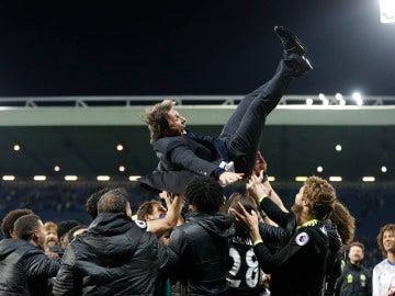 Los jugadores del Chelsea mantean a Antonio Conte tras ganar la Premier