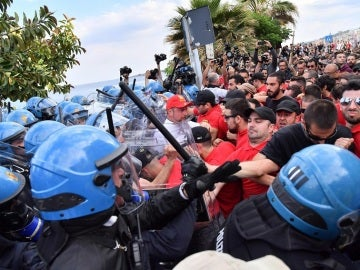 La policía carga y lanza gases lacrimógenos contra los manifestantes en el G7