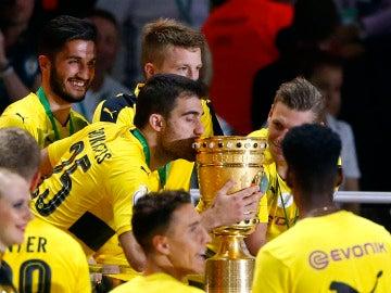 Los jugadores del Borussia Dortmund celebran su victoria en la Copa