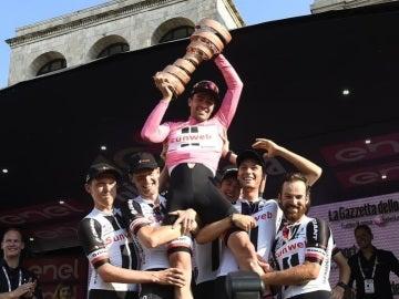 Tom Dumoulin alza el trofeo de ganador del Giro de Italia