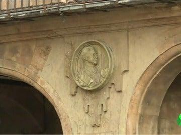Imagen del polémico medallón de Franco en la Plaza Mayor de Salamanca