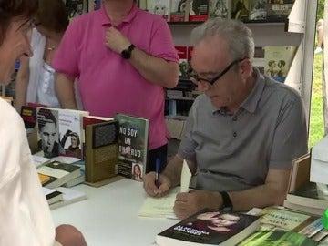 Juan José Millás firmando su libro en el Parque del Retiro
