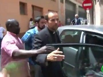 El obispo de Solsona sale escoltado de su iglesia