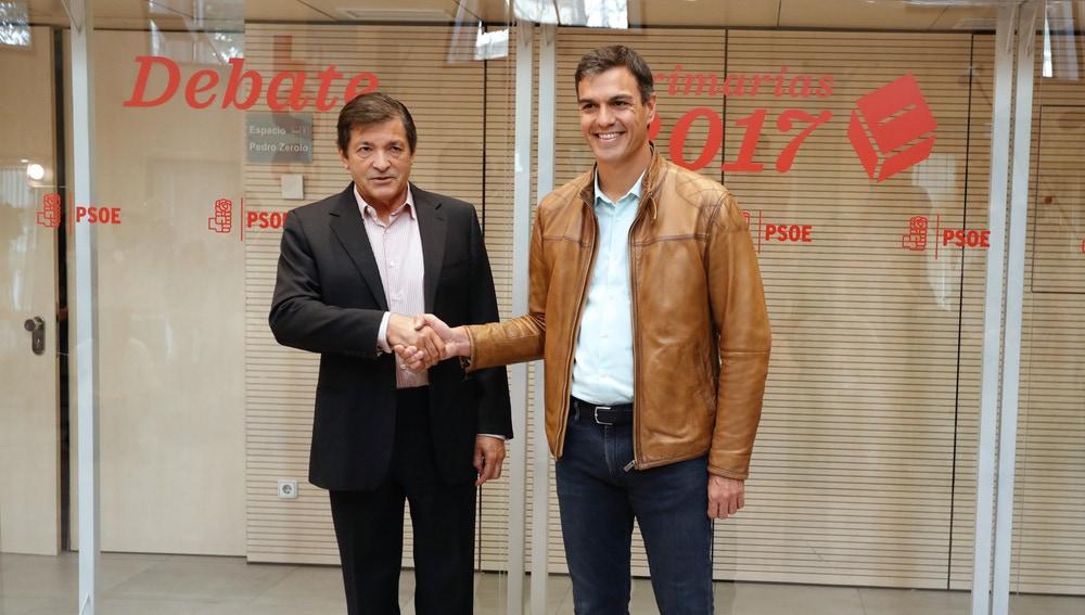 Pedro Sánchez saluda al presidente de la Comisión Gestora, Javier Fernández