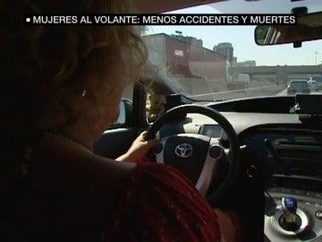 Una mujer conduciendo un coche