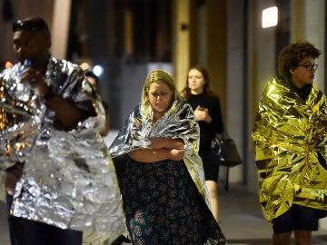 Varias personas son desalojadas del Puente de Londres, donde tuvo lugar uno de los ataques terroristas