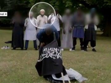 Terrorista mostrando una bandera de Daesh