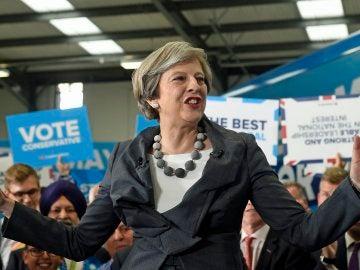 La primera ministra británica, Theresa May, atiende un evento de campaña
