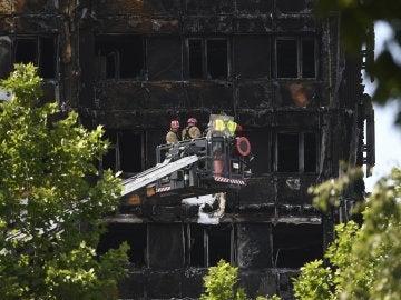 Bombers en las labores de rescate e identificación en la Torre Grenfell