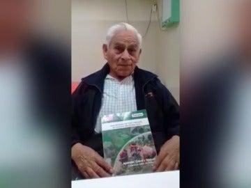 """Ambrosio, el anciano de 80 años que ha retomado los estudios de primaria: """"Quiero ser un espejo para jóvenes"""""""