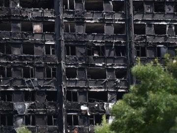 Las ruinas de la torre Grenfell, el edificio arrasado por las llamas en Londres