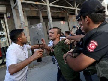 Detención de un manifestante en una manifestación LGTBI en Turquía