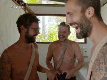 Dani, Legi y Antonio se ven en el espejo