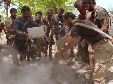 Los aventureros apagan el fuego en La Isla