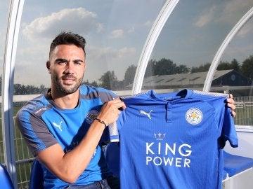Iborra posando con la camiseta del Leicester