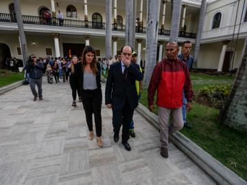 El presidente de la Asamblea Nacional, Julio Borges, sale de las instalaciones