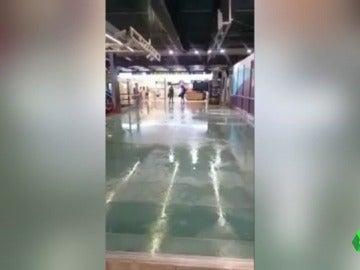 Inundaciones, vuelos cancelados y atascos, así responde un aeropuerto ante un fuerte temporal
