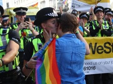 Dizzy acepta carsarse con Jane en el Orgullo de Londres