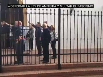 Saludos fascistas a las puertas de una iglesia