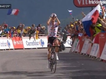 Romain Barguil celebra su victoria de etapa en la cima del Izoard