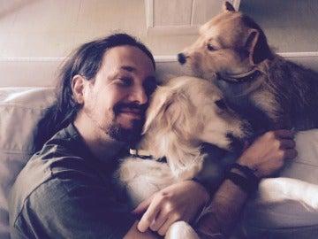 Pablo Iglesias, feliz junto a sus perros