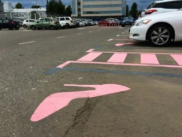 Un zapato de tacón rosa señala el parking 'solo de mujeres'