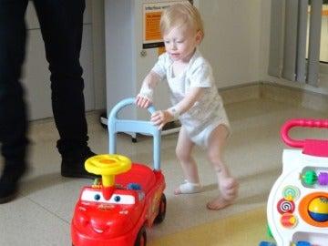 El pequeño Oliver caminando en el hospital