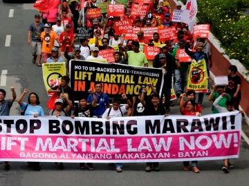 Manifestantes filipinos marchan hacia la Cámara Baja