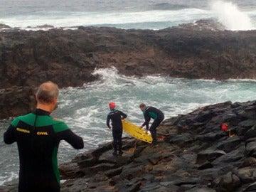 Agentes del Grupo Especial de Actividades Subacuáticas de la Guardia Civil rescatando el cuerpo del menor fallecido