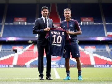 Neymar y Al-Khelaifi posan con la camiseta del PSG