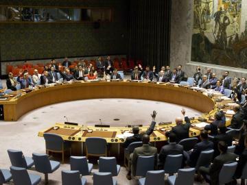 Los miembros del Consejo de Seguridad de la ONU votando