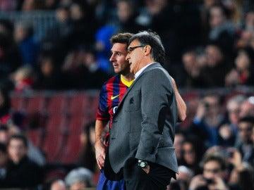Tata Martino da instrucciones a Leo Messi
