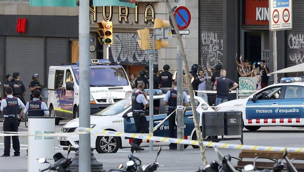 Despliegue policial en el lugar del atentado ocurrido en las Ramblas de Barcelona