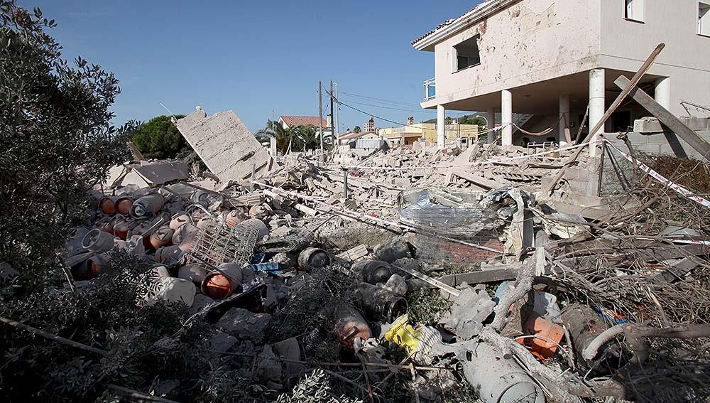 Bombonas de butano entre los escombros de Alcanar