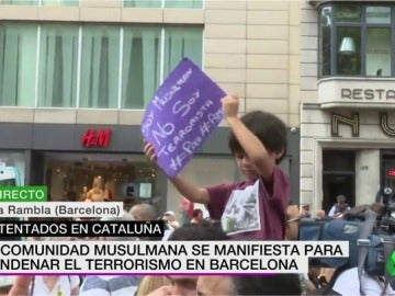 """Un niño sostiene una pancarta que reza: """"Soy musulmán, no soy terrorista"""""""