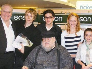 Una imagen de los protagonistas con George RR Martin en 2009