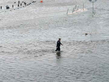 Un agente de policía atraviesa las inundaciones provocadas por la tormenta 'Harvey' en Texas