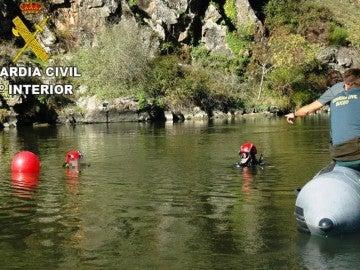 La Guardia Civil trabajando en las aguas donde se han encontrado los restos
