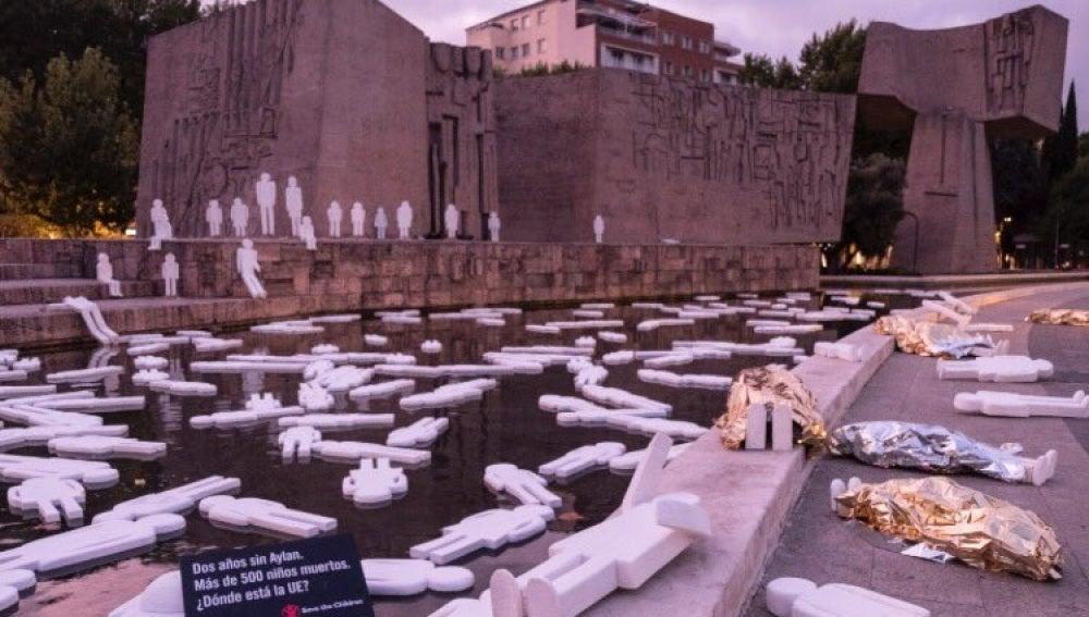 Homenaje de una playa en Madrid con cerca de 500 siluetas, una por cada niño refugiado muerto en el Mediterráneo