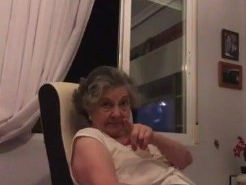 Una captura del vídeo de la reacción de la abuela, fan de Juego de Tronos
