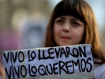 Una mujer se manifiesta por la desaparición de Santiago Maldonado